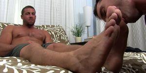 Buffed hunk receives feet worshiping for a homosexual freak