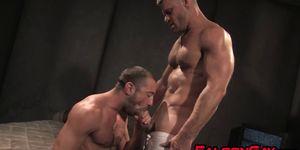 Jock musculoso gay le da trabajo a la llanta y un dedo se folla a su amigo