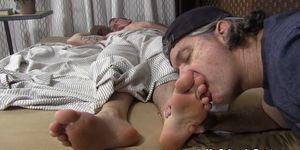 Muy guapo, lame los dedos de los pies mientras descansa