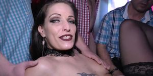Crazy German Milf disfruta de una extrema penetración doble Sexo grupal Swinger Party Orgía