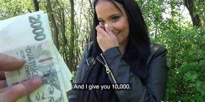 Agente público pegajoso facial para adolescente checa tetona caliente debajo del puente ferroviario