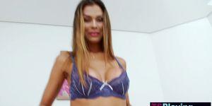 Transexual latina cachonda muestra gran polla y jugó con ella