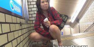 Nena japonesa traviesa orinando al aire libre por placer voyeur