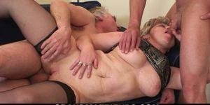 Abuela cachonda calienta su coño antes de trío
