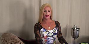 Transexual rubia extiende su culo y se sacude