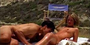 Blonde fait l\'amour sur la plage devant des voyeurs