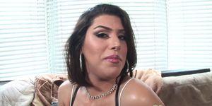 Curvy trans belleza tirones en el sofá de fundición