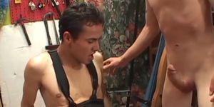 Twink latino obtiene semen en la boca después de hardcore anal fucking