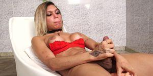 Chica rubia caliente jugando con su culo apretado