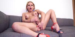 Busty tranny babe juguete follando a sí misma y masturbándose