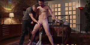 Cum controlado obligado gay consigue un trabajo de mano por dom