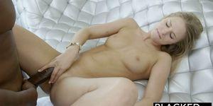 Красивый сквирт оргазм юной блондинки от большого члена негра
