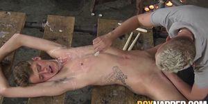 Twink restringido castigado con cera de vela caliente y follada
