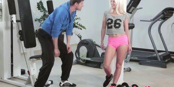 Flexible gym babe Jessie Volt gets facialized