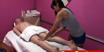 Busty masseuse Mia Lu queens client