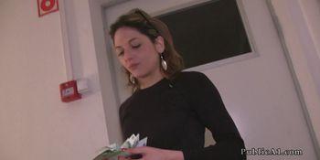 Rachel, amatrice Fran�aise en vacance a Budapest, accepte de l'argent contre une partie de jambes en l'air