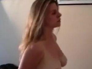 Casada fogosa é viciada em chupeta e curte foder o vizinho com o marido assistindo