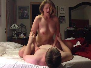Madura velha e fogosa tendo um orgasmo cavalgando no pau do marido