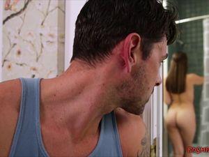 Flagrou a prima gostosa pelada no banheiro e fez quicar no cacete ereto